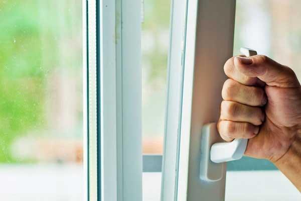 устранение заклинивания окна